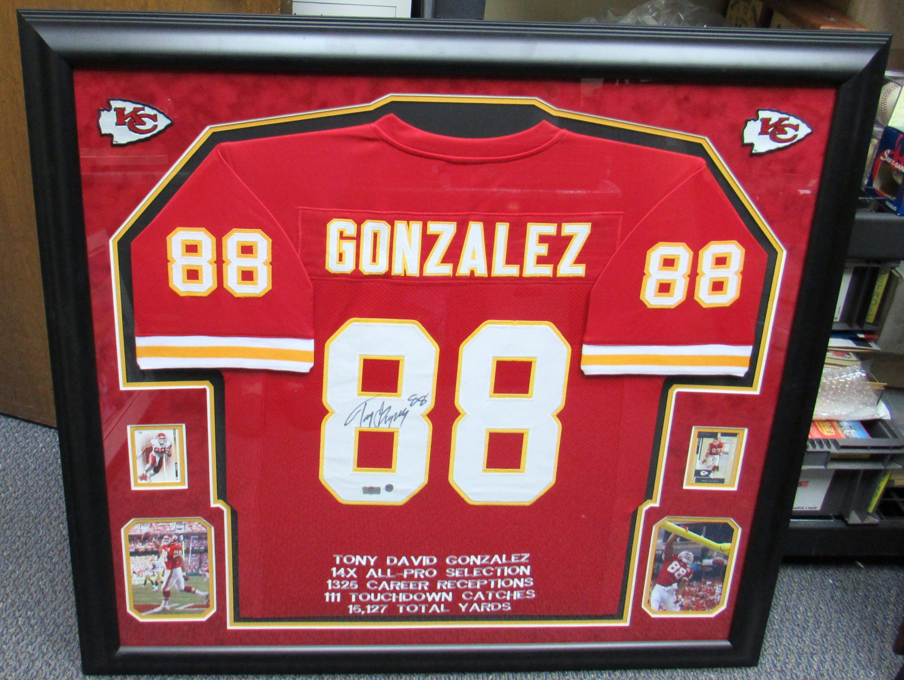 the latest a0c14 91996 Lot Detail - Tony Gonzalez Signed Framed Jersey Display